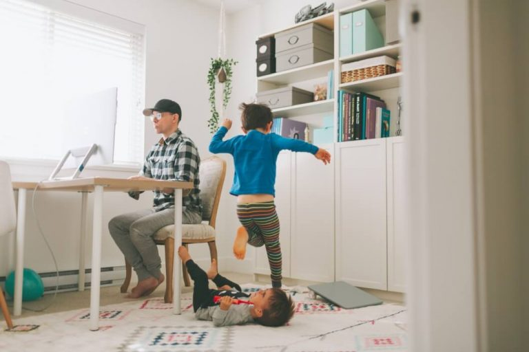 Dad with playing kids looking for flexible jobs for single parents