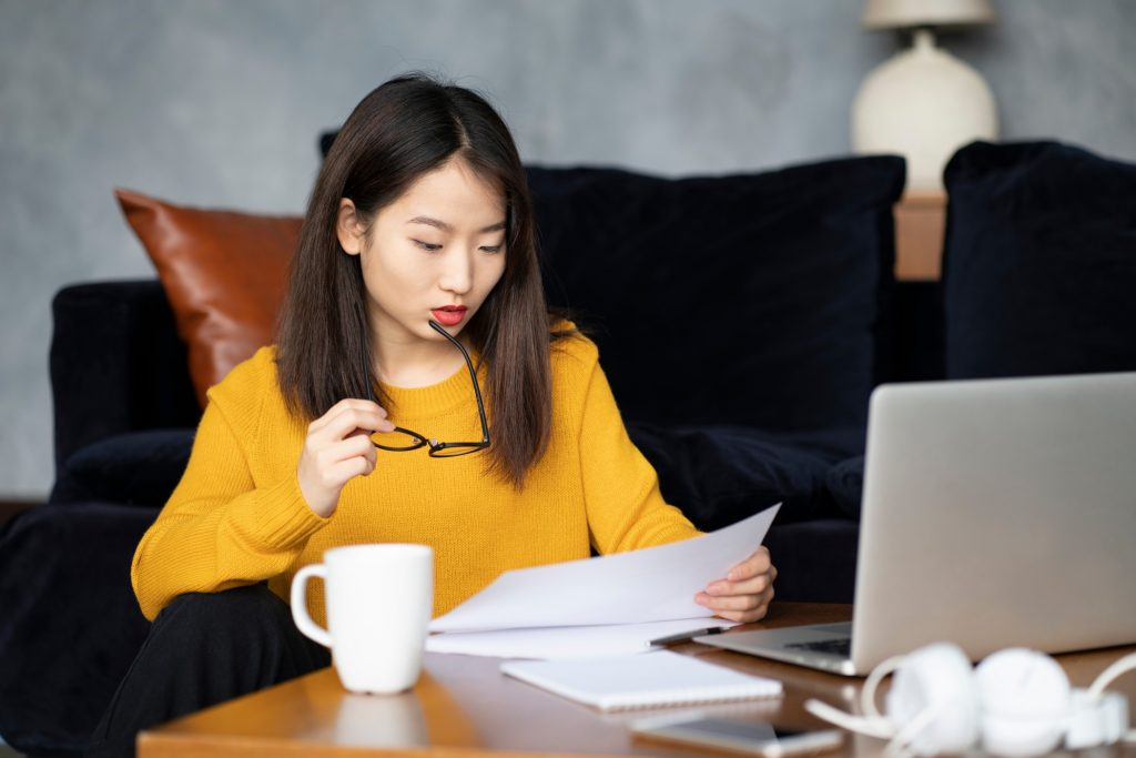 job seeker using the best resume builder online for her resume
